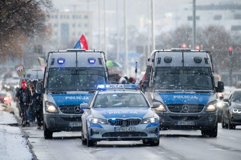 Policja dysponuje imponującą flotą pojazdów. Co ważne - większość jest raczej młoda! /Agencja SE/East News