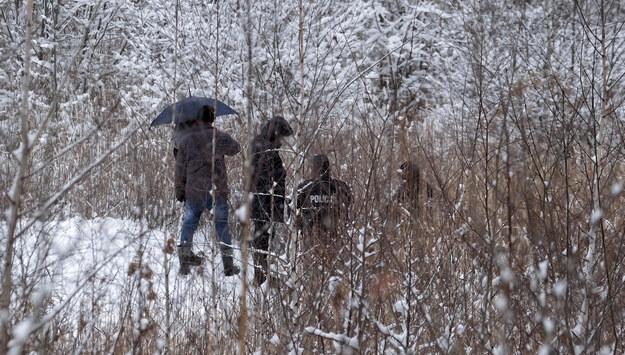 Policja i prokuratorzy podczas oględzin miejsca, gdzie znaleziono ciało 13-letniej Patrycji / Andrzej Grygiel    /PAP