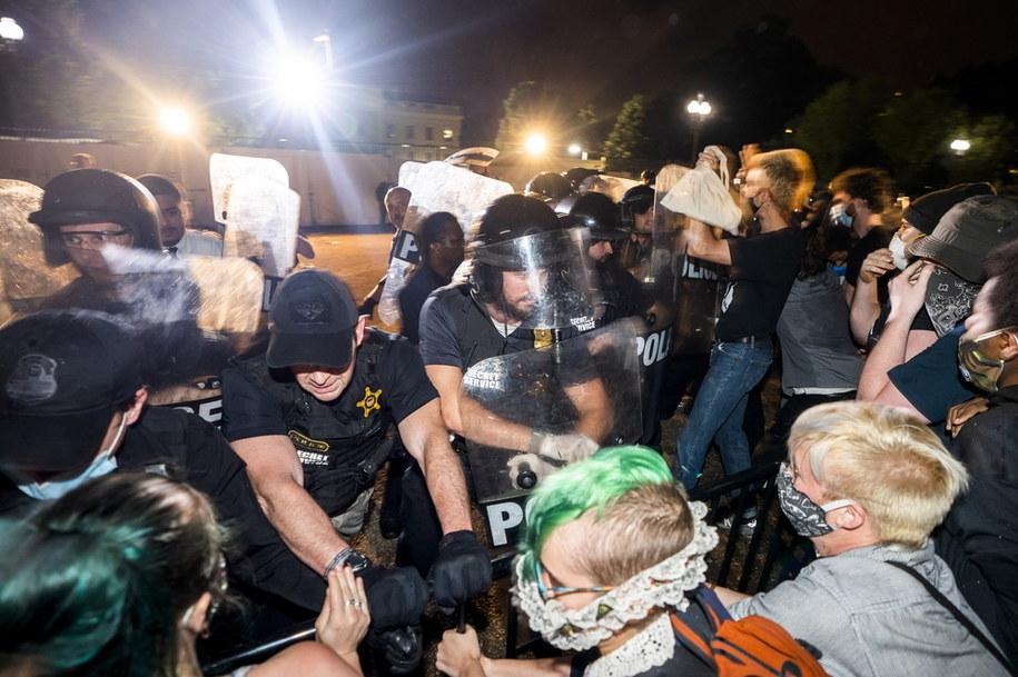 Policja i protestujący przed Białym Domem /JIM LO SCALZO /PAP/EPA