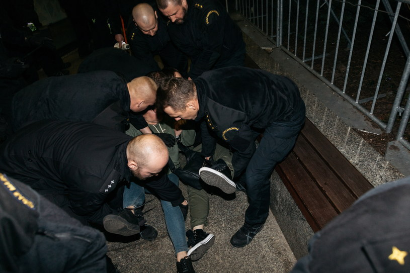 Policja i Straż Marszałkowską usunęła członków ruchu Obywatele RP okupujących wejście do biura przepustek Kancelarii Sejmu RP /Adam Guz /PAP