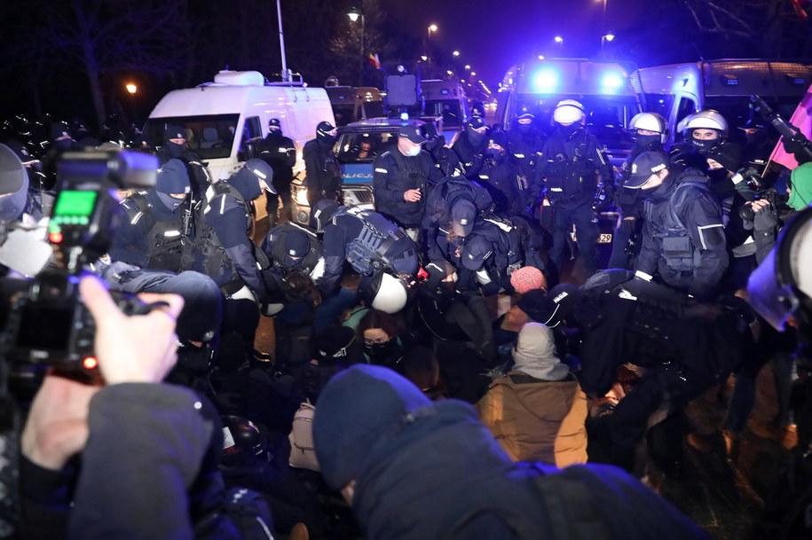 """Policja i uczestnicy """"Spaceru dla przyszłości"""" w Warszawie / Leszek Szymański    /PAP"""