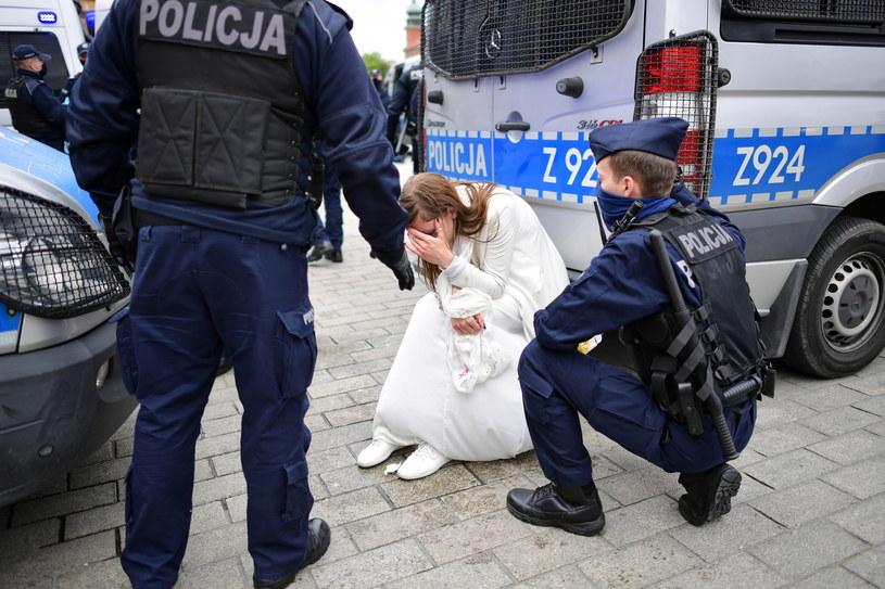 """Policja i uczestnicy """"Strajku przedsiębiorców"""" na placu Zamkowym w Warszawie / Marcin Obara  /PAP"""