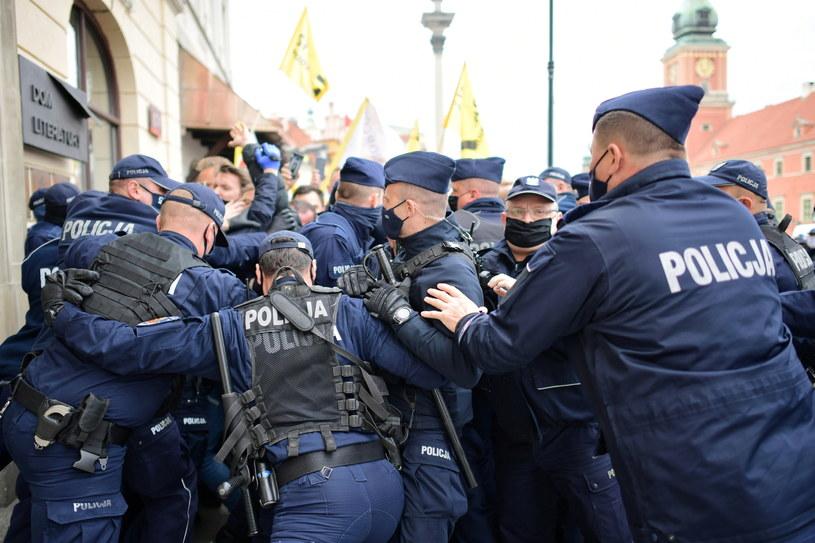 Policja i uczestnicy strajku przedsiębiorców na placu Zamkowym w Warszawie (16.05.2020) / Marcin Obara  /PAP