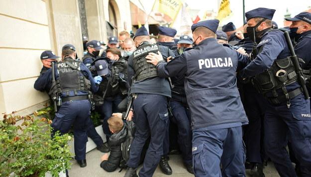 """Policja i uczestnicy """"Strajku przedsiębiorców"""" na placu Zamkowym w Warszawie 16 maja / Marcin Obara  /PAP"""