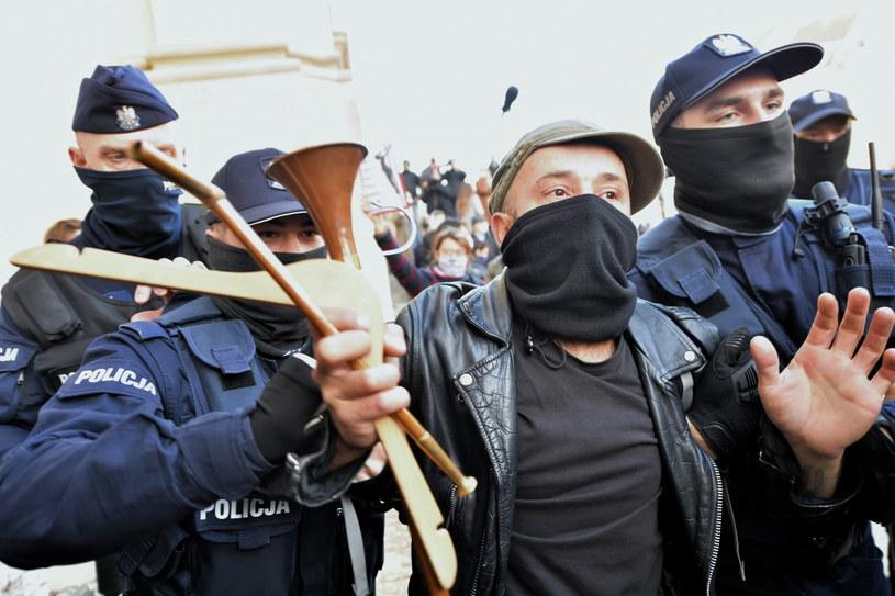 Policja interweniuje podczas protestu przeciwko zaostrzeniu prawa aborcyjnego, 25 października przed kościołem Świętego Krzyża w Warszawie /Piotr Nowak /PAP