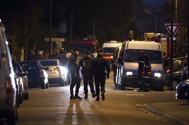 Policja już ponad 24 godziny oblega mieszkanie zabójcy /AFP