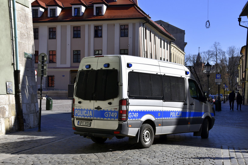 Policja każdego dnia kontroluje osoby przebywające na kwarantannie /Albin Marciniak /East News