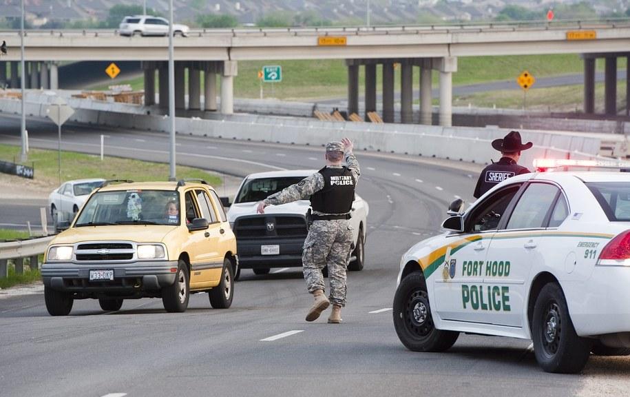 Policja kieruje ruchem samochodów w okolicach bazy Fort Hood /ASHLEY LANDIS /PAP/EPA