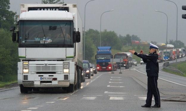 Policja kieruje samochody na objazdy /PAP