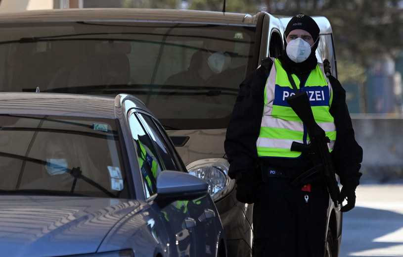 Policja na granicy niemiecko-austriackiej /CHRISTOF STACHE / AFP /AFP