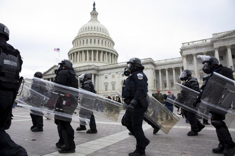 Policja na Kapitoli /MICHAEL REYNOLDS    /PAP/EPA
