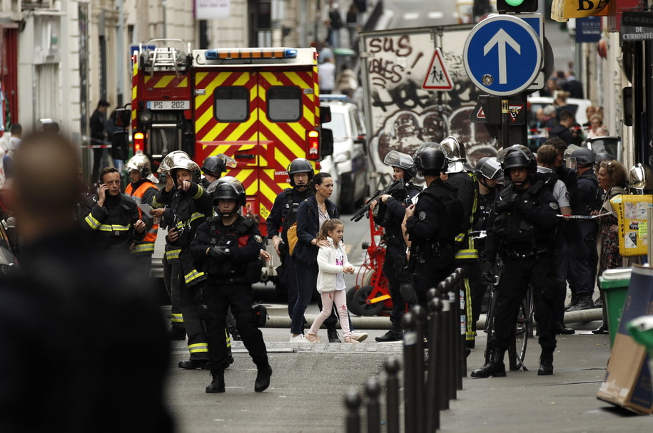 Policja na miejscu akcji w Paryżu /YOAN VALAT  /PAP/EPA