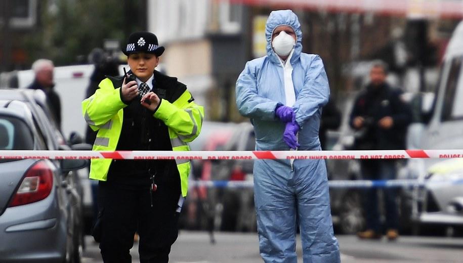 Policja na miejscu strzelaniny w Tottenham. W poniedziałek została tam zabita 17-latka / ANDY RAIN    /PAP/EPA