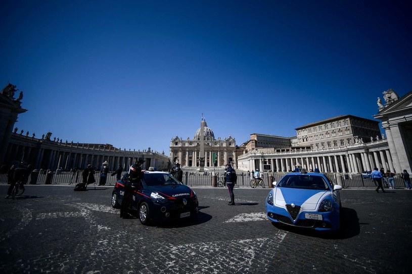 Policja na placu św. Piotra w Watykanie /AFP