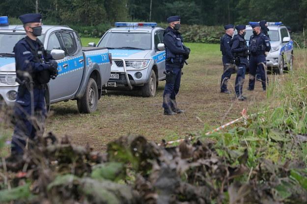 Policja na polsko-białoruskiej granicy w pobliżu miejscowości Usnarz Górny (zdj. z 30 sierpnia) / Artur Reszko    /PAP