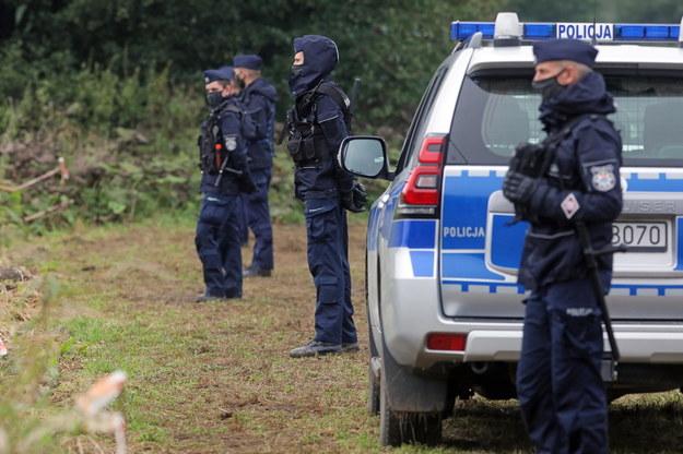 Policja na polsko-białoruskiej granicy w pobliżu miejscowości Usnarz Górny. / Artur Reszko    /PAP