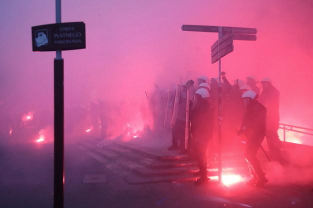 Policja na rondzie de Gaulle'a podczas Marszu Niepodległości w Warszawie /Wojciech Olkuśnik /PAP