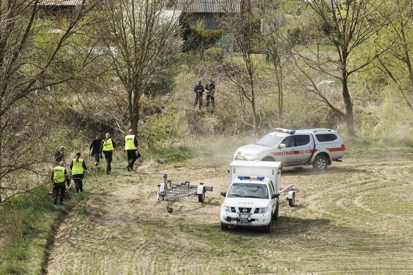 Policja na terenie miejscowości Nowogrodziec nad rzeką Kwisą. W powiecie bolesławieckim trwają poszukiwania 3,5-letniego chłopca /Aleksander Koźmiński /PAP