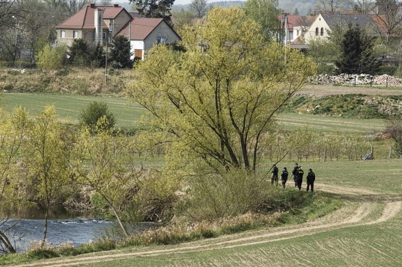Policja na terenie miejscowości Nowogrodziec nad rzeką Kwisą. /Aleksander Koźmiński /PAP