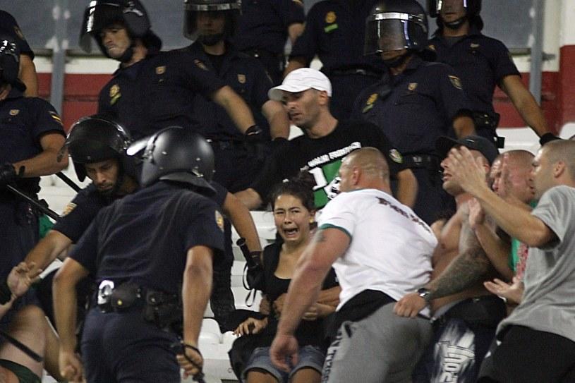 Policja na trybunach stadionu w Sewilli /PAP/EPA
