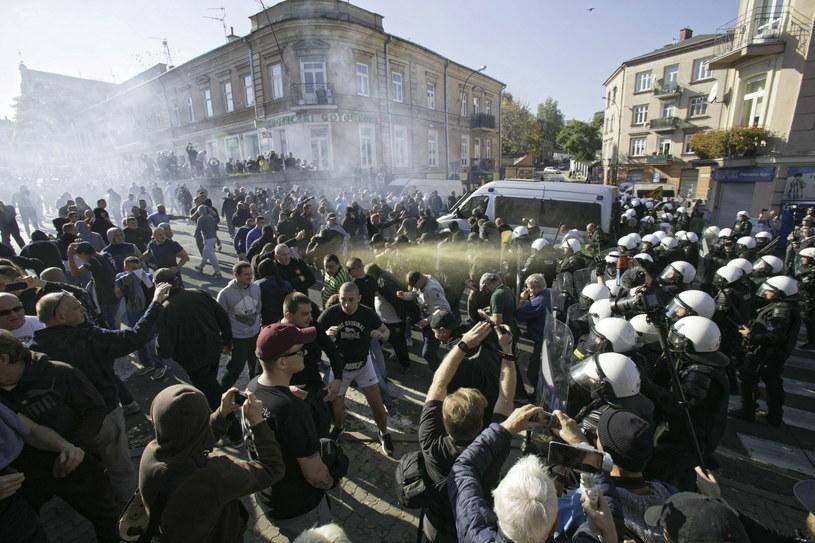 Policja ochrania Marsz Równości na ulicach Lublina. Przeciwnicy marszu usiłowali blokować pochód /Wojtek Jargiło /PAP