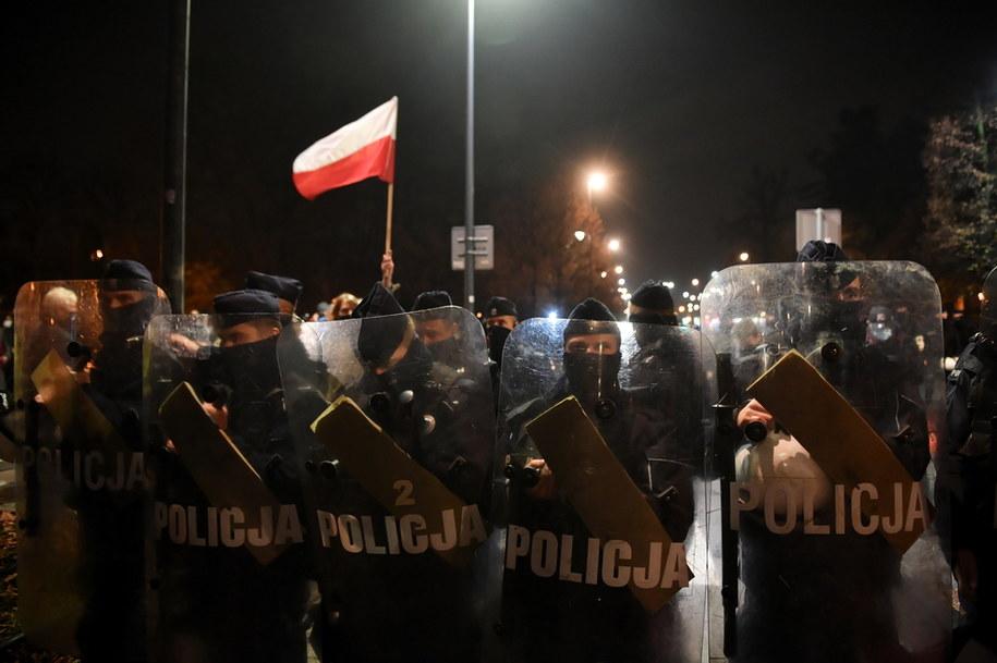Policja ochraniająca Sejm / Radek Pietruszka   /PAP