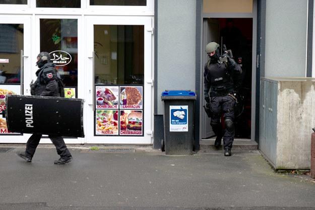 Policja po rewizji mieszkania w Hanowerze /AFP