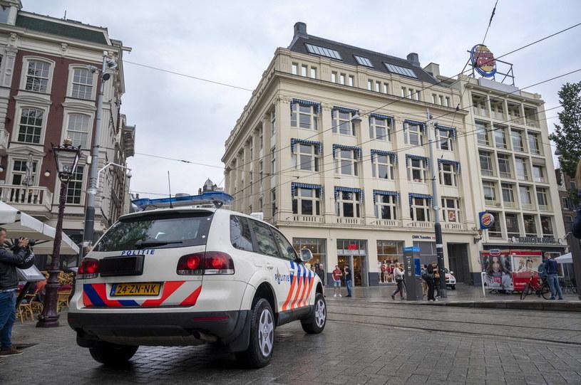 Policja pod siedzibą RTL4 w Amsterdamie /PAP/EPA/Evert Elzinga  /PAP