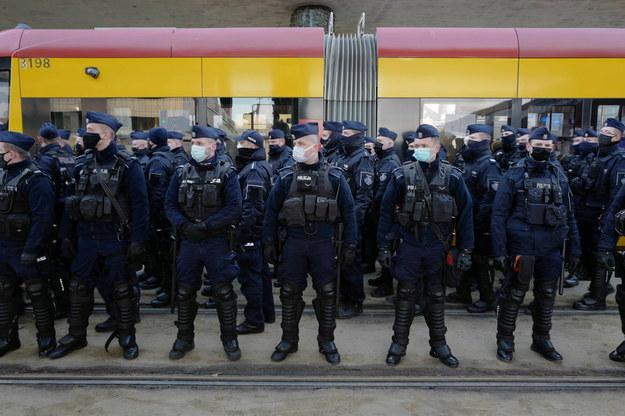 Policja podczas demonstracji Ogólnopolskiego Strajku Kobiet w Warszawie /Mateusz Marek /PAP