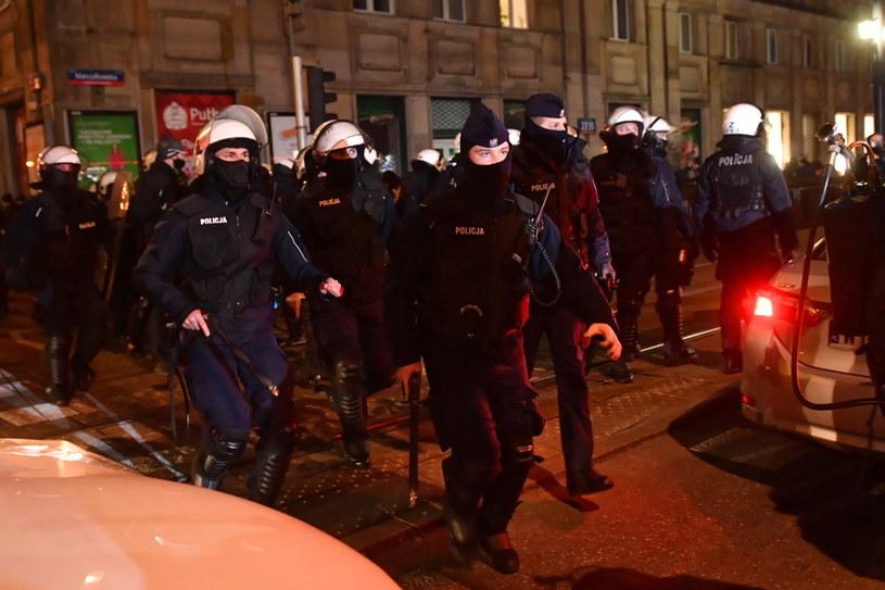 """Policja podczas demonstracji pod hasłem """"W imię matki, córki, siostry"""" w Warszawie (28.11.2020) / Radek Pietruszka   /PAP"""