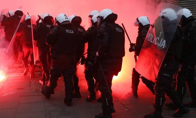 Policja podczas Marszu Niepodległości / Tomasz Gzell    /PAP