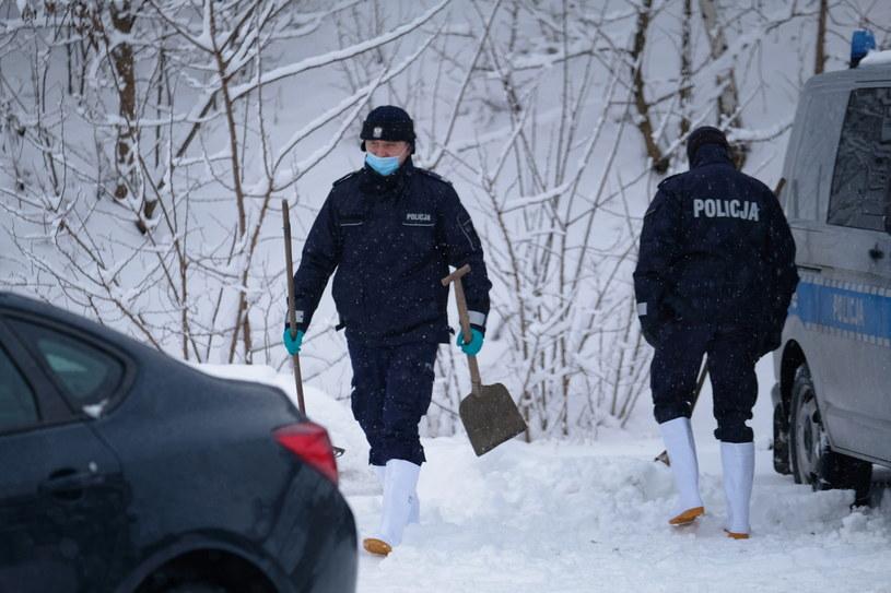 Policja podczas oględzin miejsca, gdzie znaleziono ciało 13-letniej Patrycji /Andrzej  Grygiel /PAP