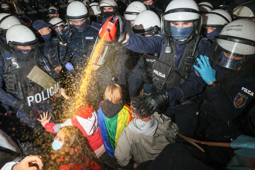 Policja podczas protestu przeciwko wyrokowi Trybunału Konstytucyjnego /Rafal Gaglewski/REPORTER  /Reporter