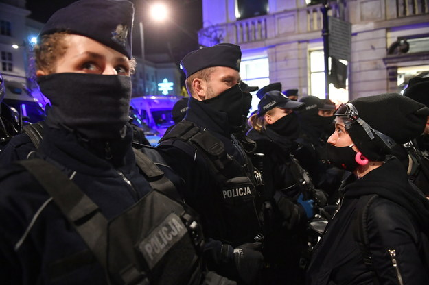 Policja podczas protestu Strajku Kobiet w Warszawie / Radek Pietruszka   /PAP