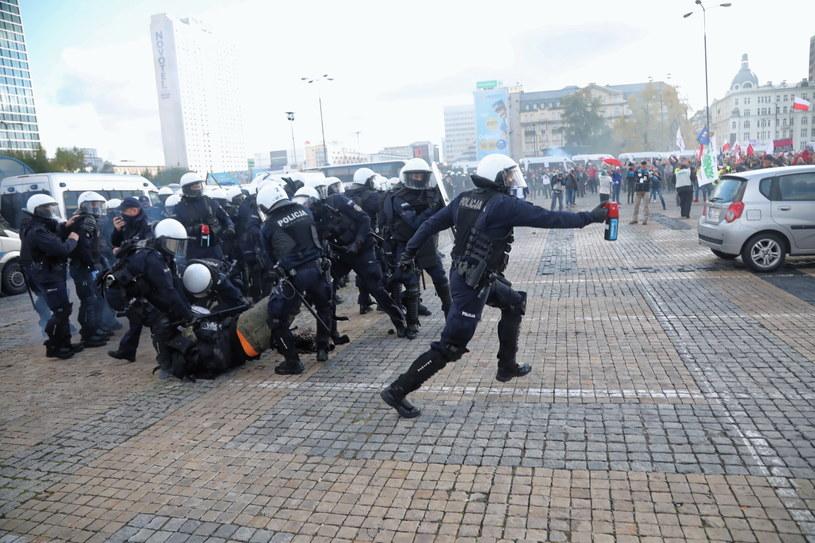 Policja podczas sobotniego protestu w Warszawie /Wojciech Olkuśnik /PAP