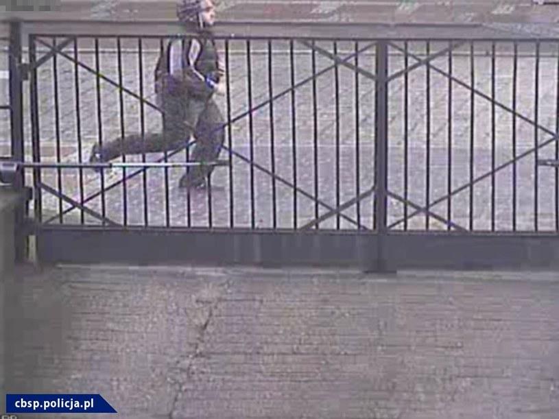 Policja poszukuje sprawcy, który oblał mężczyznę żrącą substancją /Policja