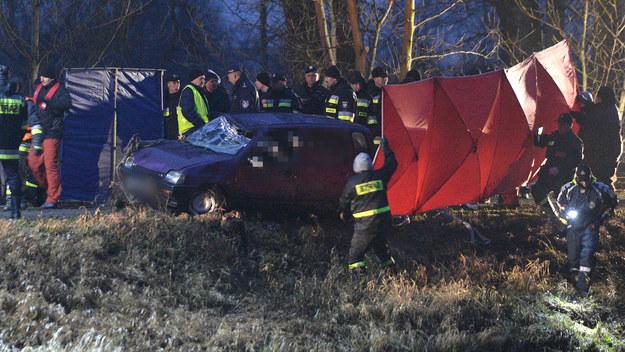 Policja potwierdza: w samochodzie wyłowionym z Wisłoka w Tryńczy na Podkarpaciu były ciała trzech zaginionych w czasie świąt nastolatek i dwóch młodych mężczyzn. /Darek Delmanowicz /PAP