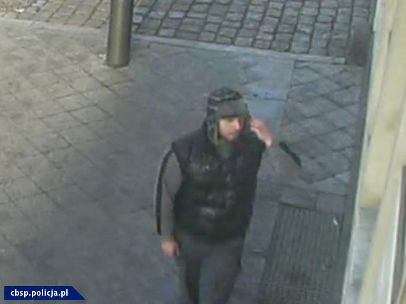 Policja prosi o pomoc w rozpoznaniu podejrzanego, który w Szczecinie oblał mężczyznę kwasem /Policja