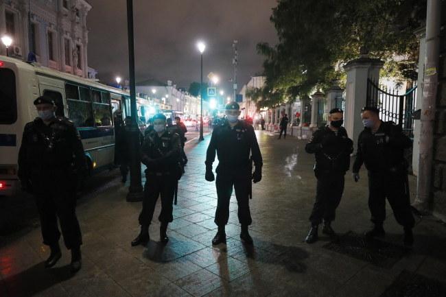 Policja przed ambasadą Białorusi w Moskwie /YURI KOCHETKOV /PAP/EPA