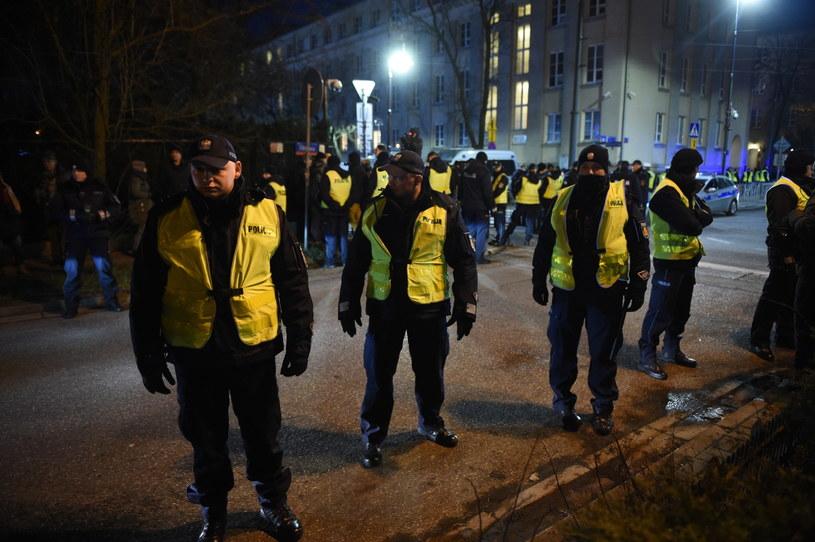 Policja przed ambasadą Izraela /Radek Pietruszka /PAP