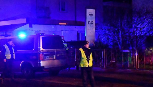 Policja przed budynkiem, gdzie doszło do tragedii / Marcin Bielecki    /PAP