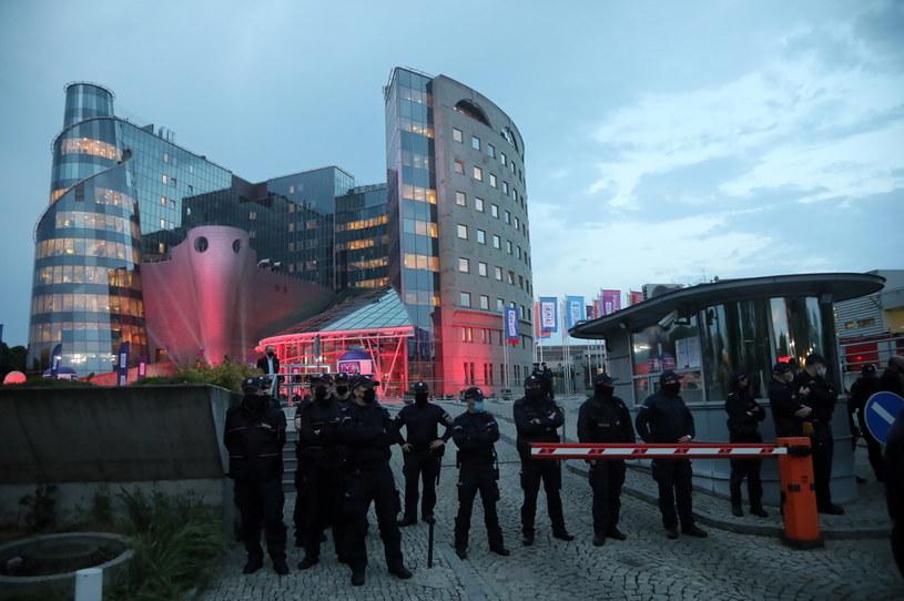Policja przed budynkiem Telewizji Polskiej w Warszawie, gdzie odbyła się debata kandydatów na prezydenta RP /Wojciech Olkuśnik /PAP