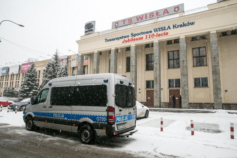 Policja przed budynkiem TS Wisła /ANNA KACZMARZ / DZIENNIK POLSKI / POLSKA PRESS /East News