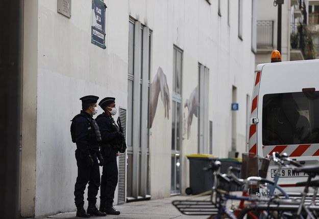"""Policja przed dawną siedzibą """"Charlie Hebdo"""" /IAN LANGSDON /PAP/EPA"""
