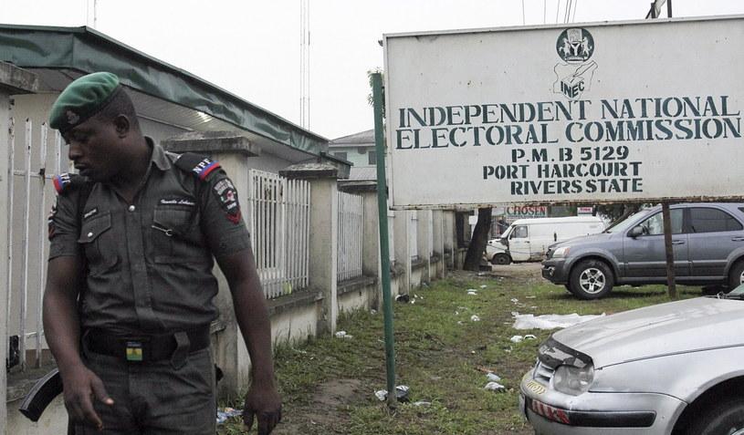 Policja przed lokalem wyborczym /PAP/EPA