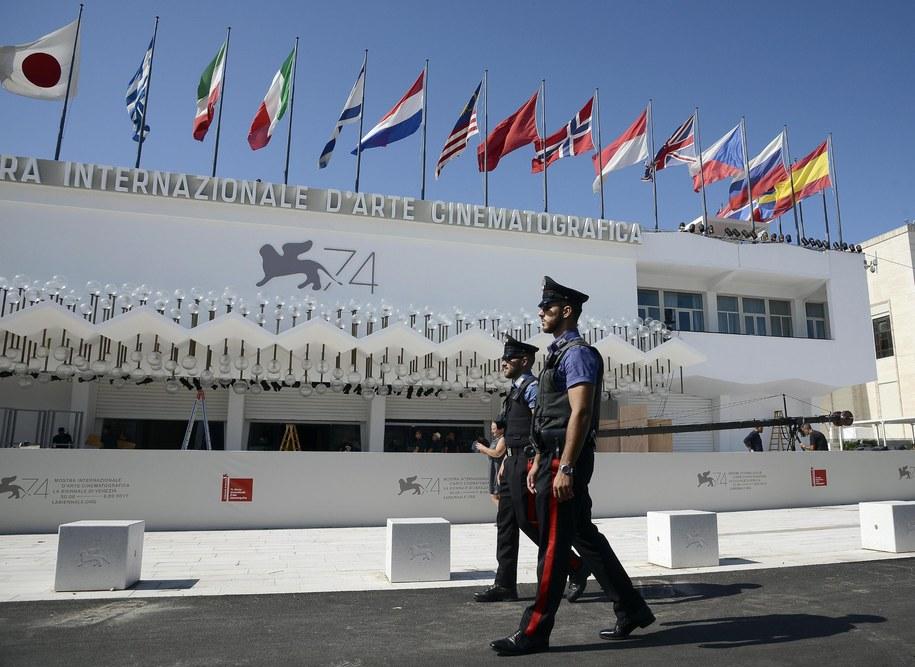 Policja przed pałacem festiwalowym /CLAUDIO ONORATI    /PAP/EPA