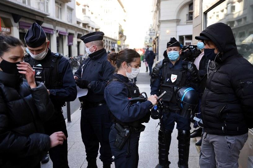 Policja przed paryskim Palais Vivienne /AFP