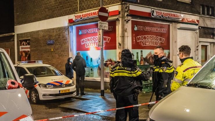 Policja przed sklepem z polskimi produktami /Twitter/Politie Rotterdam eo /