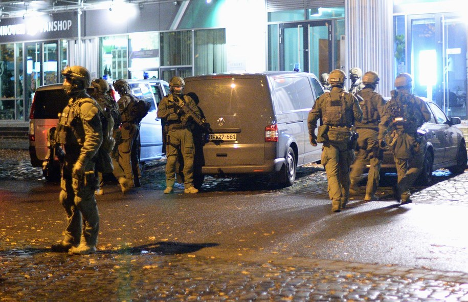 Policja przed stadionem w Hanowerze /Julian Stratenschulte /PAP/EPA