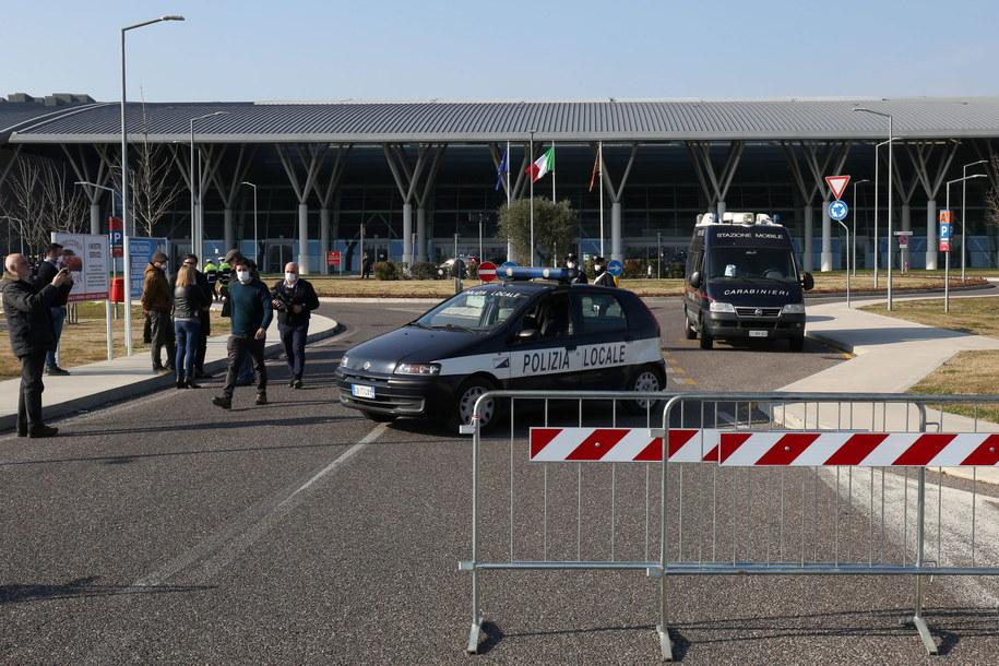 Policja przed szpitalem we włoskiej miejscowości Schiavonia /NICOLA FOSSELLA /PAP/EPA